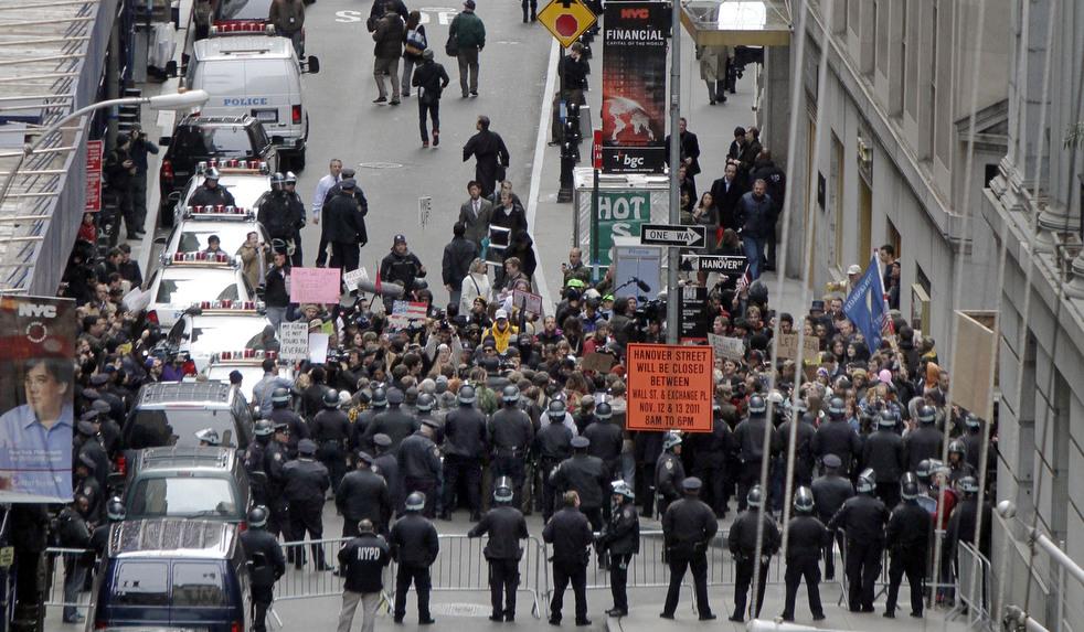 "menempati ulang tahun 08 Penangkapan ""penyerbu Wall Street"" di seluruh dunia"