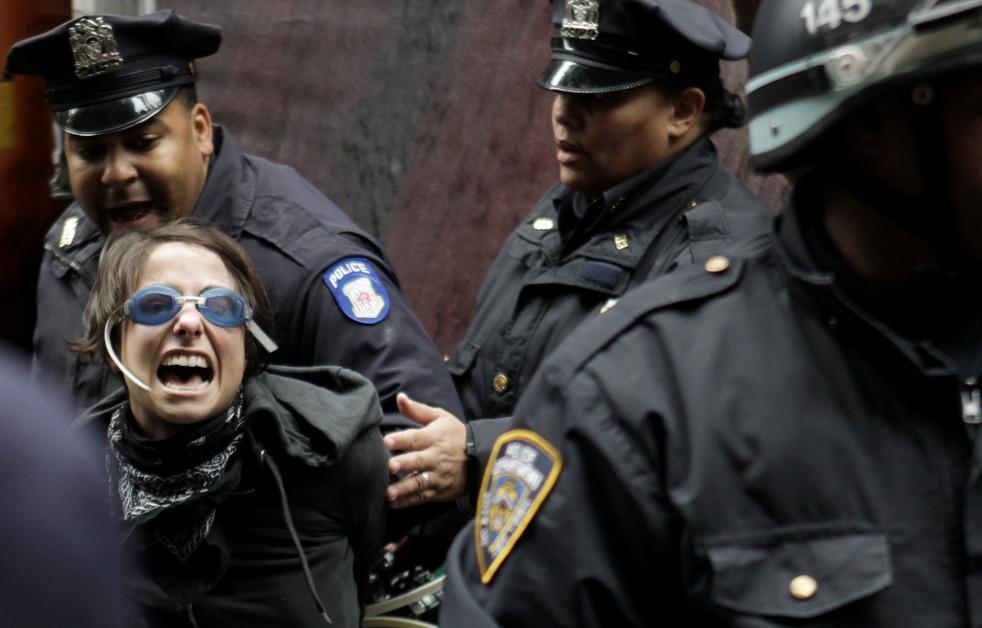 "menempati ulang tahun 17 Penangkapan ""penyerbu Wall Street"" di seluruh dunia"