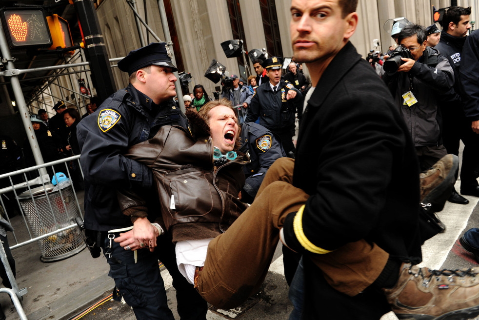 "menempati ulang tahun 18 Penangkapan ""penyerbu Wall Street"" di seluruh dunia"