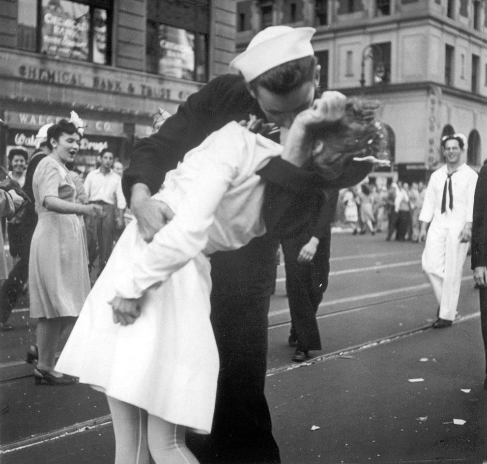 И медсестра целуются на таймс сквер в