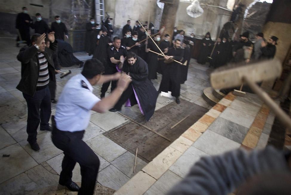 0148 Священники со швабрами устроили драку в храме