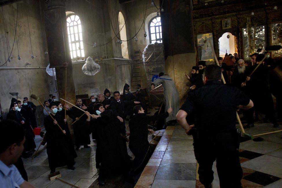 0247 Священники со швабрами устроили драку в храме