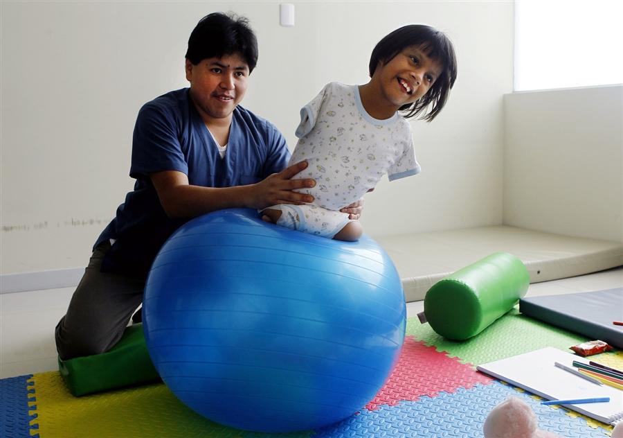 1271 Жизнерадостная девочка инвалид из Перу