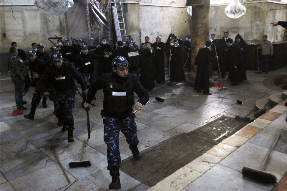 634607499034842530 bethlehem6 Священники со швабрами устроили драку в храме