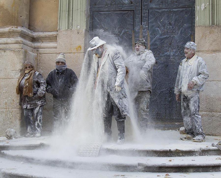 Ibi01 День Дураков в Испании отметили мучным побоищем