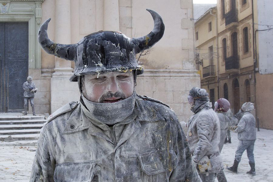 Ibi04 День Дураков в Испании отметили мучным побоищем