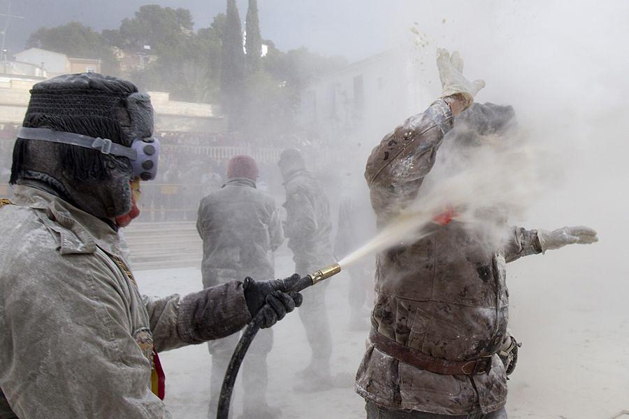 Ibi06 День Дураков в Испании отметили мучным побоищем