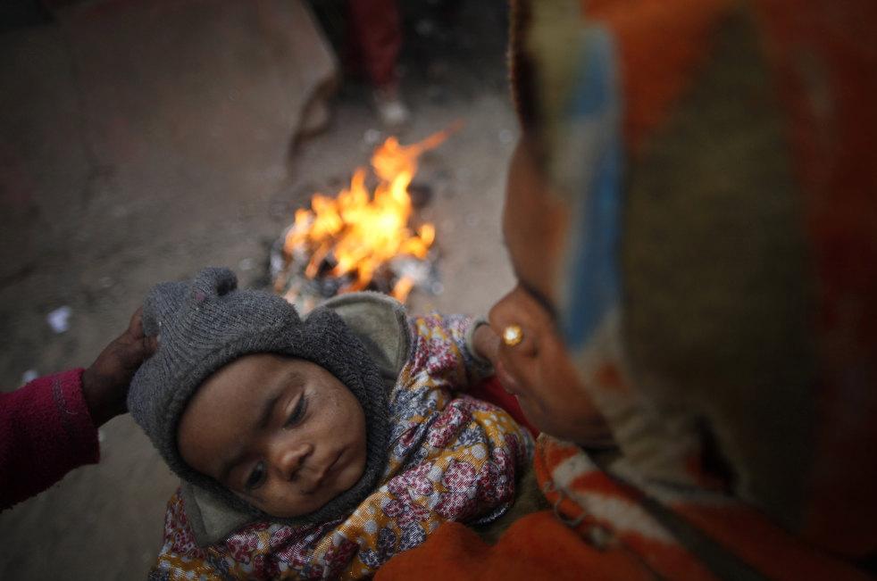 Бездомная мать с ребенком пытается