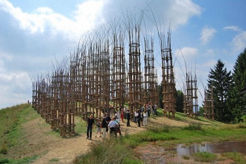 0151 Храм из растущих деревьев в Италии