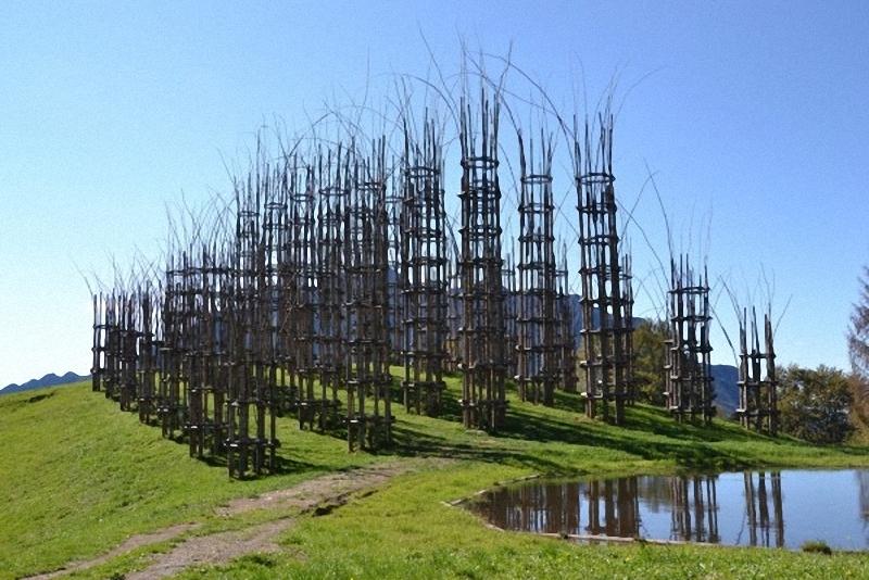 0202 Храм из растущих деревьев в Италии
