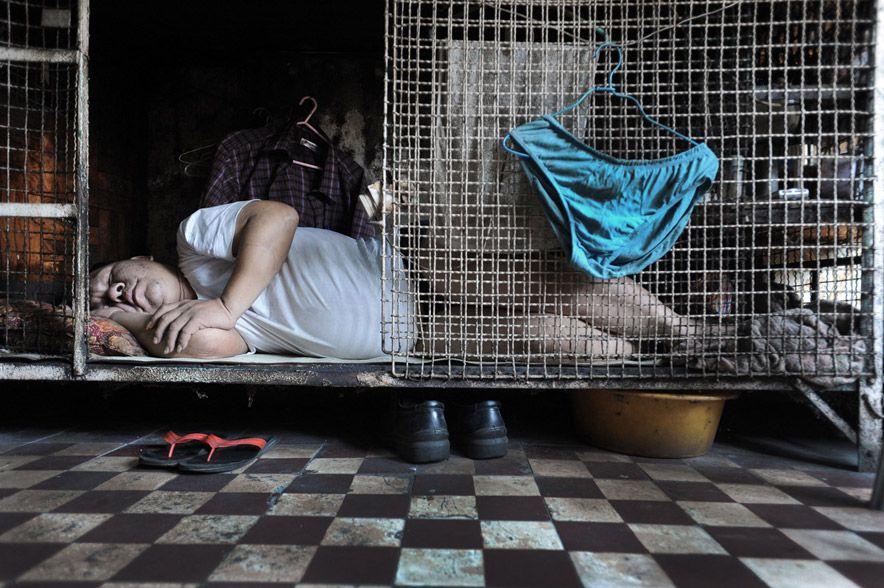 Жизнь в «собачьих клетках» в Гонконге