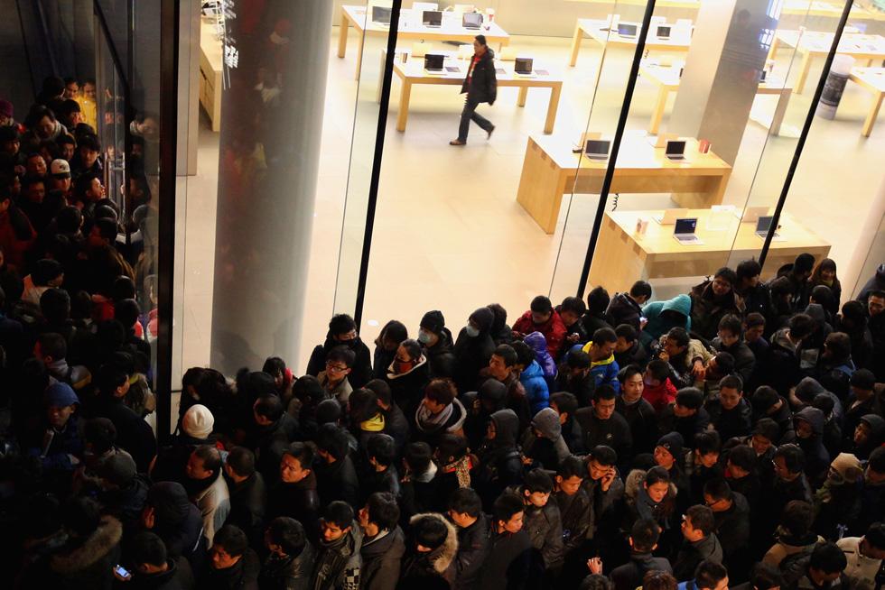 136888020 10 В Пекине магазин Apple забросали яйцами