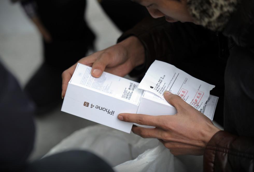136912207 10 В Пекине магазин Apple забросали яйцами
