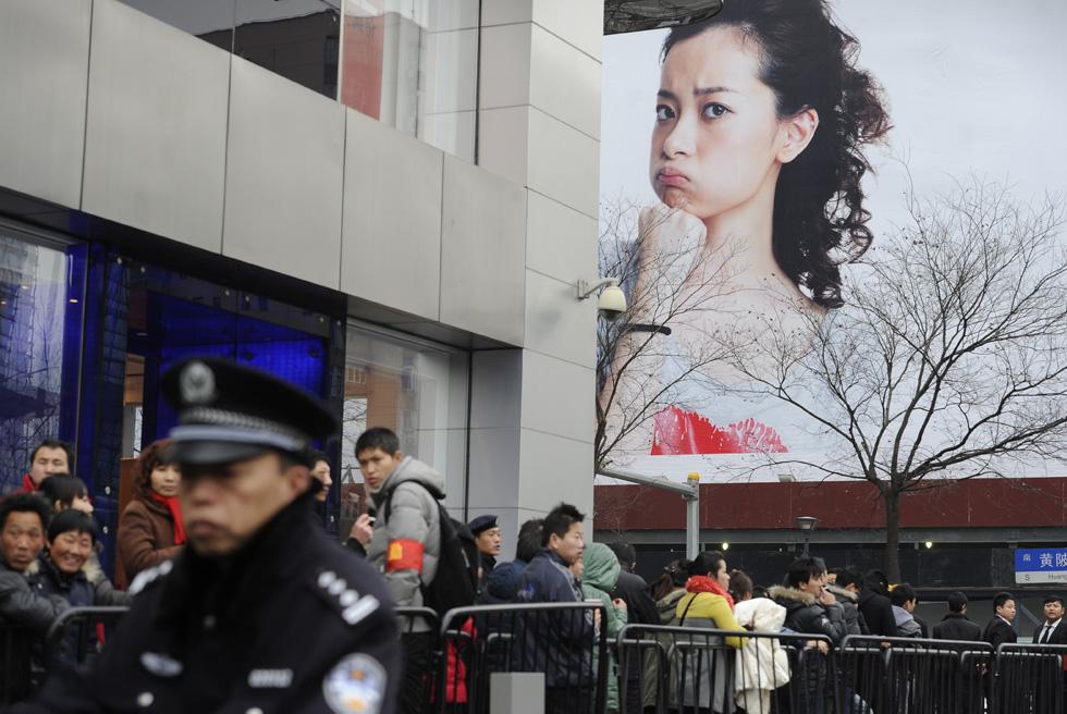 136912209 10 В Пекине магазин Apple забросали яйцами
