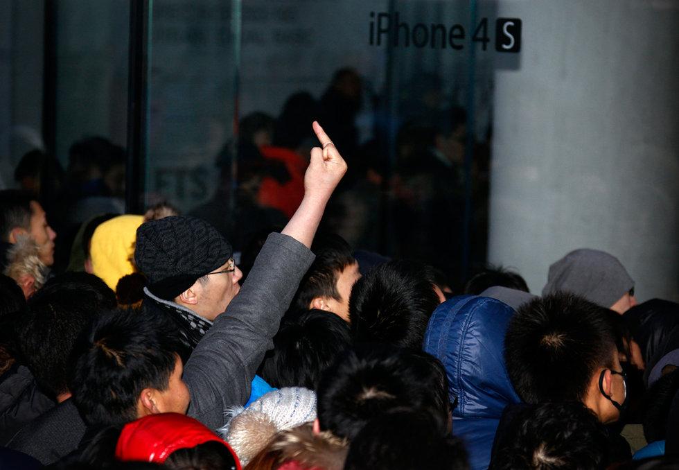 163ABJ3 3 В Пекине магазин Apple забросали яйцами