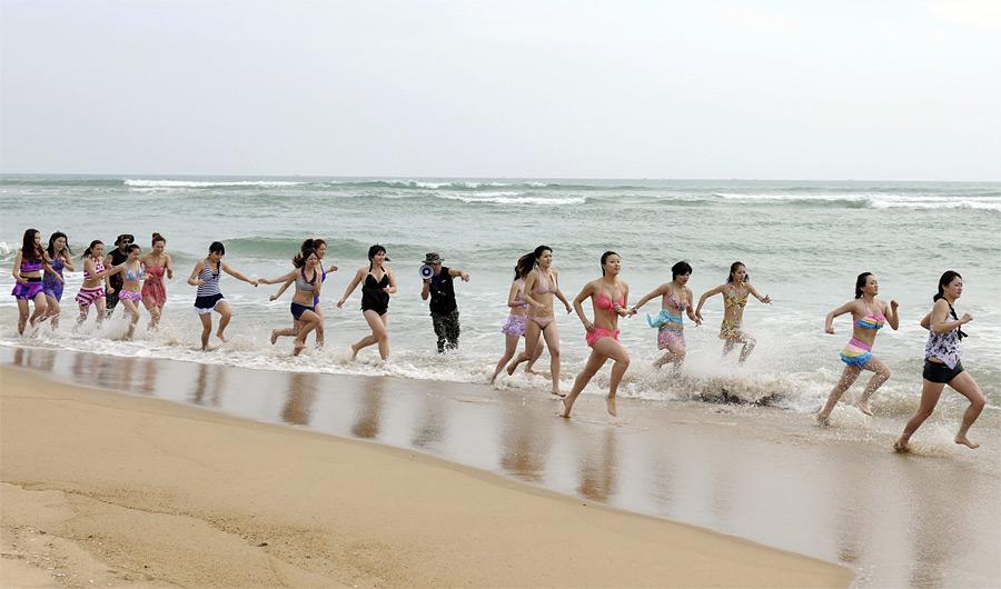 2. Курсы проходят на пляже. Для начала – пробежка в холодной воде. (© China Daily/Reuters)