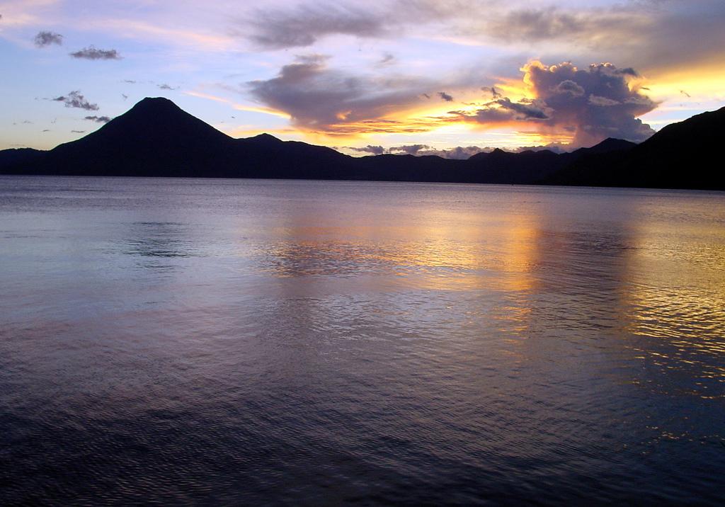 2373457661 8a4c8ac65a b Озеро Атитлан: Место, где радуга обретает цвета