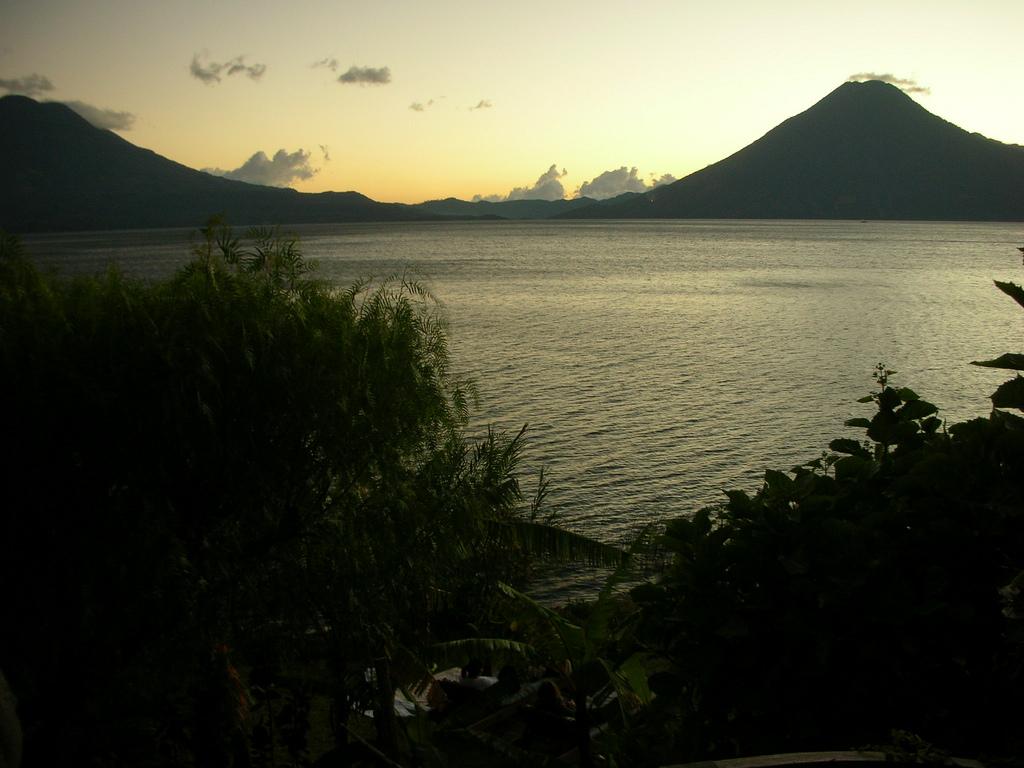 3369997904 2008005e64 b Озеро Атитлан: Место, где радуга обретает цвета