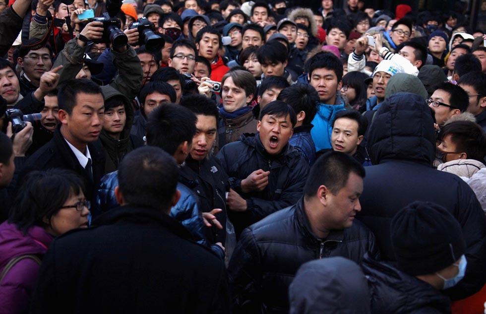 381086 1 RTR2W7TA В Пекине магазин Apple забросали яйцами