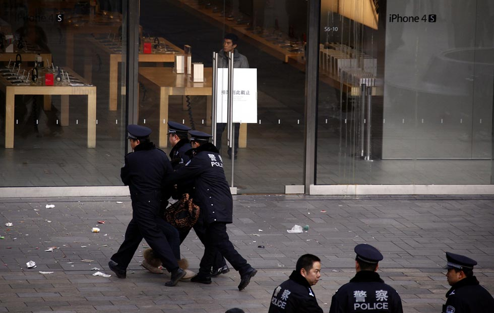 381092 1 RTR2W7NR В Пекине магазин Apple забросали яйцами