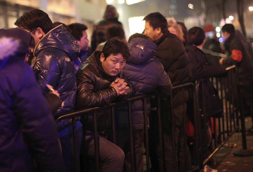 381094 1 RTR2W7E2 В Пекине магазин Apple забросали яйцами