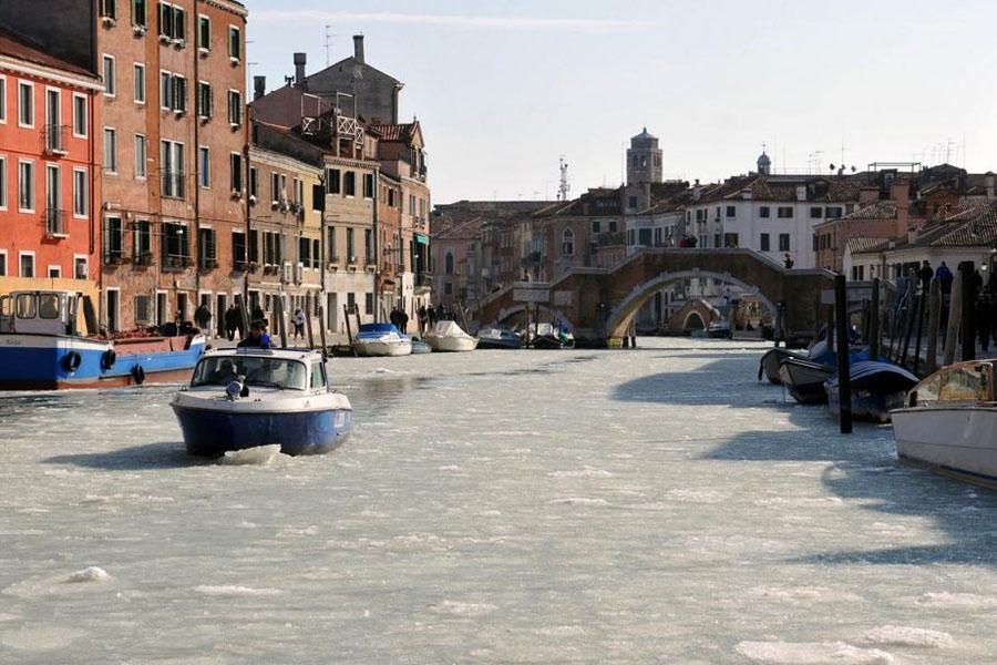 467749 Венецианские каналы впервые за 80 лет сковало льдом