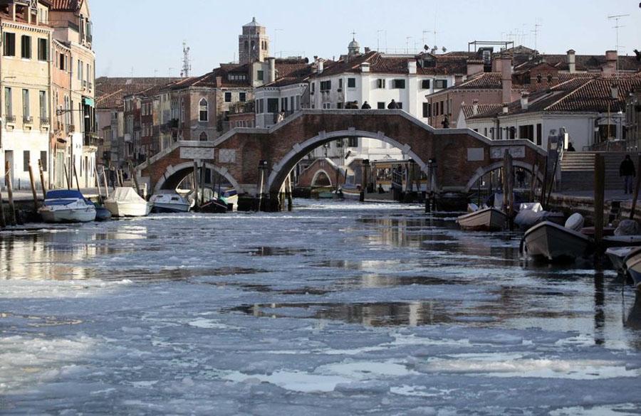 467750 Венецианские каналы впервые за 80 лет сковало льдом