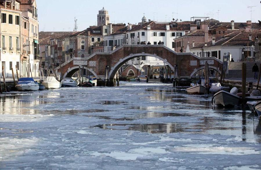 467753 Венецианские каналы впервые за 80 лет сковало льдом