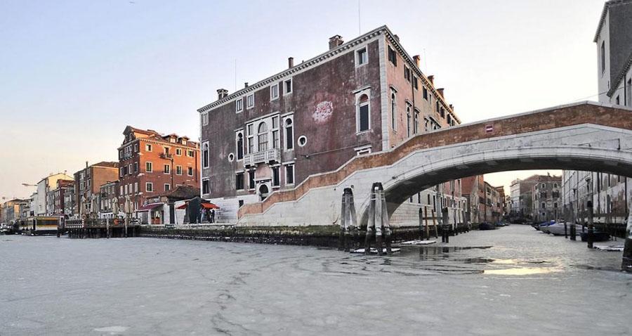 467754 Венецианские каналы впервые за 80 лет сковало льдом