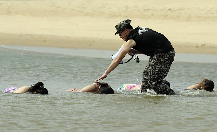 5. Первый выпуск – 20 девушек. Если, конечно, никто не отсеется после таких тренировок. (© China Daily/Reuters)
