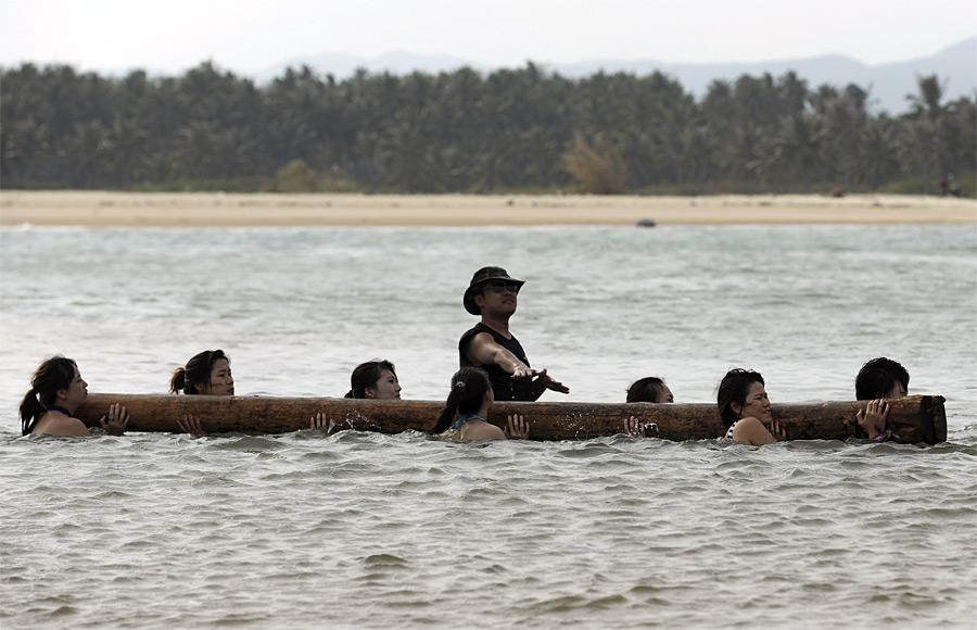 9. Первый урок проходил на пляже. Обязательный атрибут – купальник. (© China Daily/Reuters)