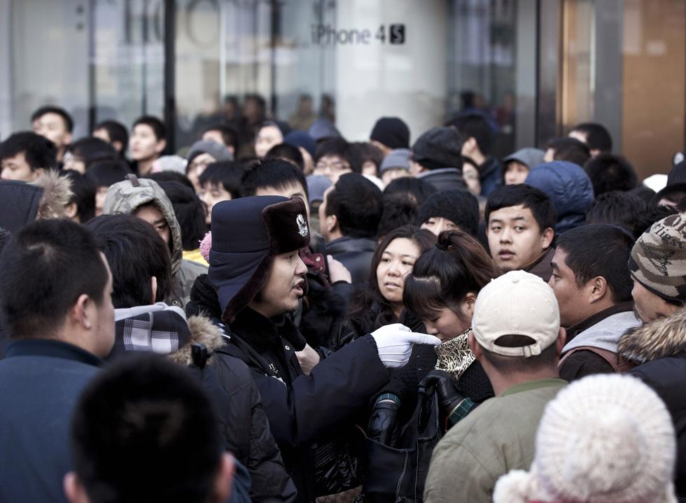 AP12011301134 В Пекине магазин Apple забросали яйцами