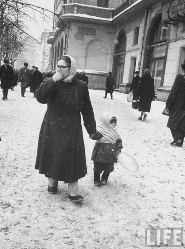 Бабушка и внучка около гостиницы