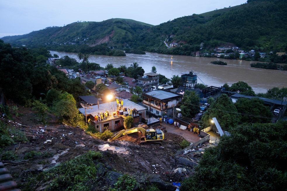 brazil floods 24 Разрушительный оползень в Бразилии