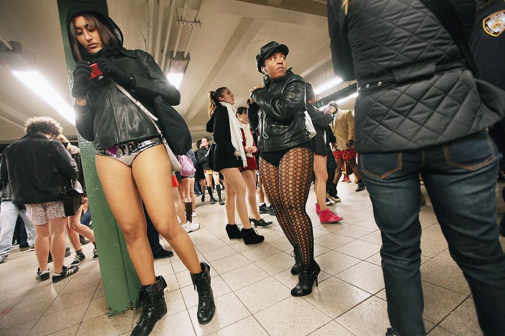 бывает так, девушки на улице без штанов фото покраснел