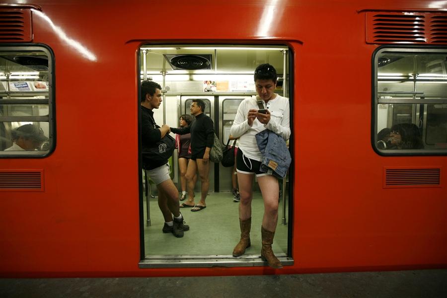 nopants17 В метро без штанов 2012