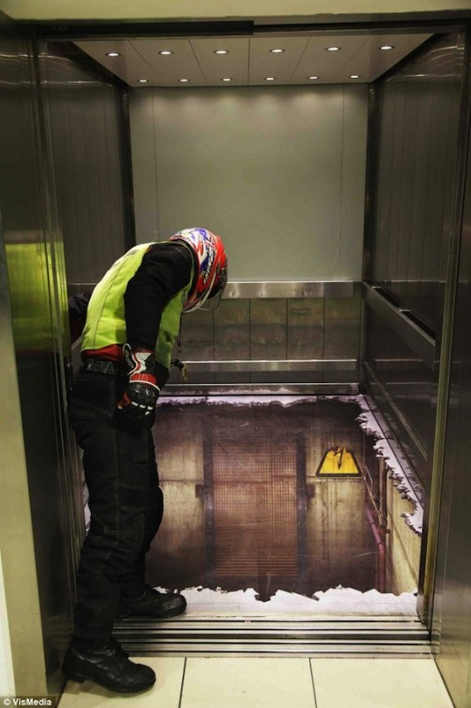 00513 533x800 Лифт без дна в Лондоне