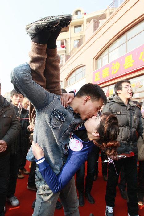 0315 Конкурс на самый долгий поцелуй в Китае: страсть до потери сознания