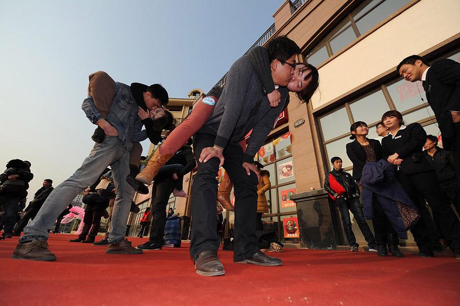 10131 Конкурс на самый долгий поцелуй в Китае: страсть до потери сознания