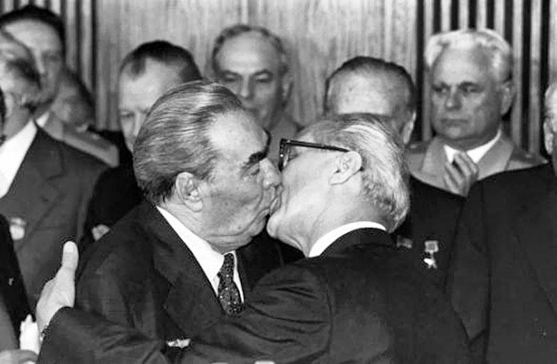 Brejnevin ehtiraslı öpüşü barədə bilmədiyimiz 10 MARAQLI FAKT