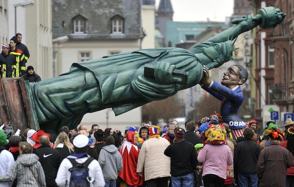 11155 Странные карнавальные платформы с Обамой