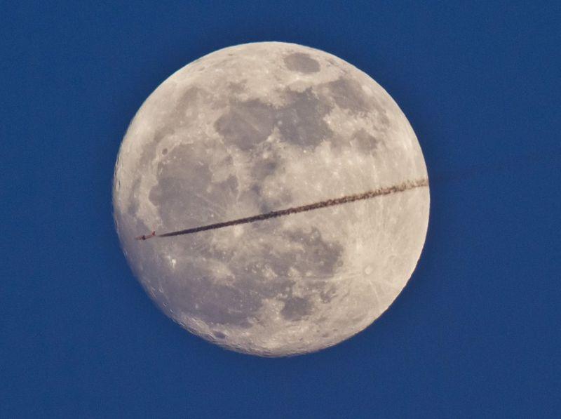 11186 Самолеты на фоне луны и солнца