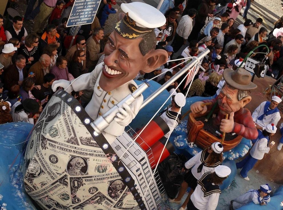 Странные карнавальные платформы с Обамой
