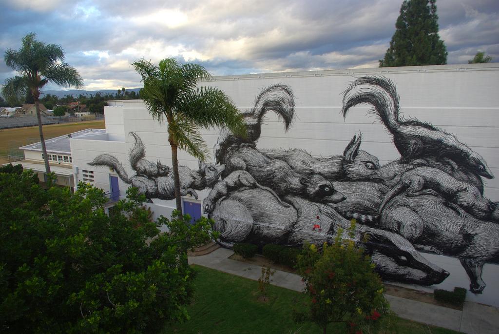 12800000 Животный стрит арт от бельгийского граффитчика ROA