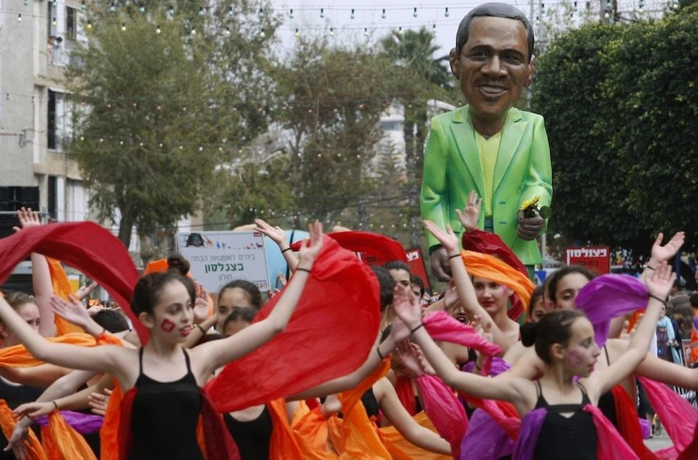 13113 Странные карнавальные платформы с Обамой