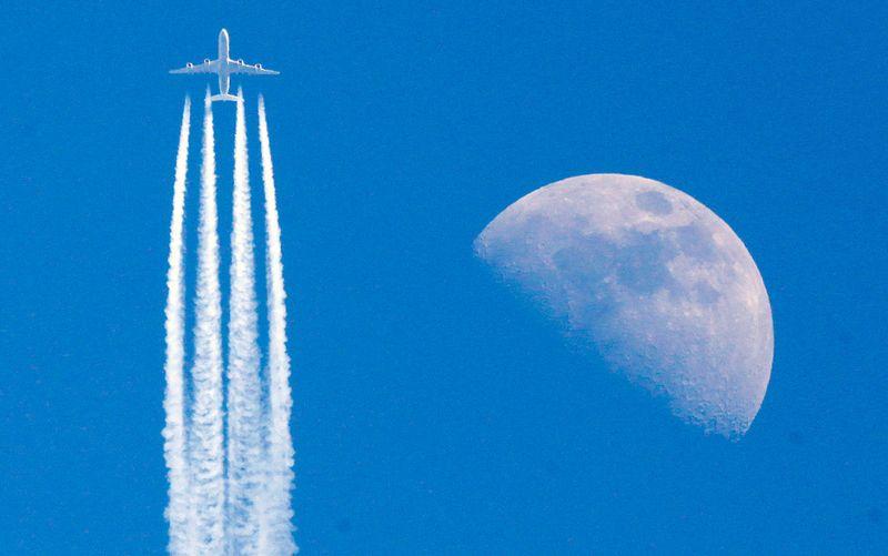 13140 Самолеты на фоне луны и солнца