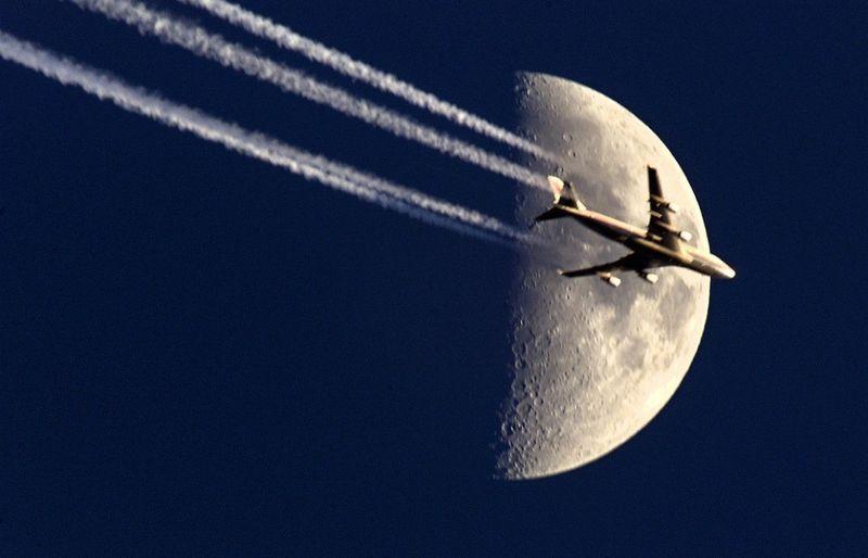 15121 Самолеты на фоне луны и солнца