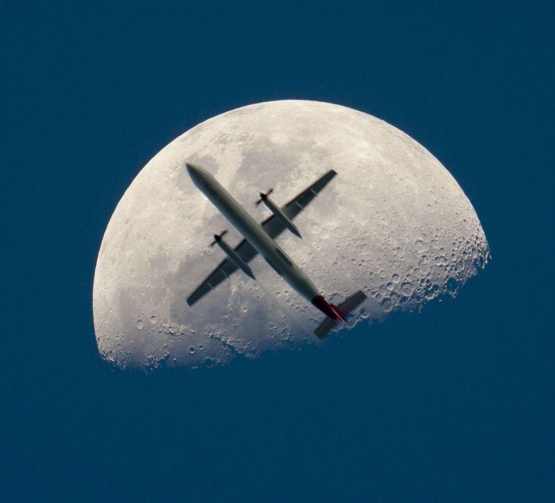 16112 Самолеты на фоне луны и солнца