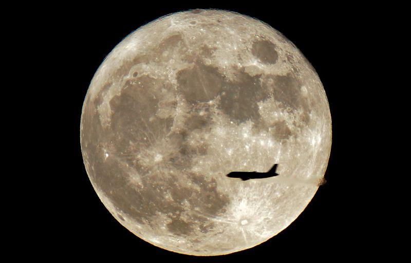 17103 Самолеты на фоне луны и солнца