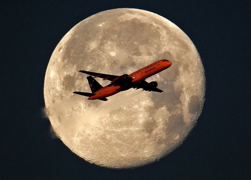 1805 Самолеты на фоне луны и солнца